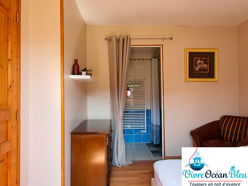 Une chambre au rez-de-chaussée avec salle de bain privative et douche à l'italienne