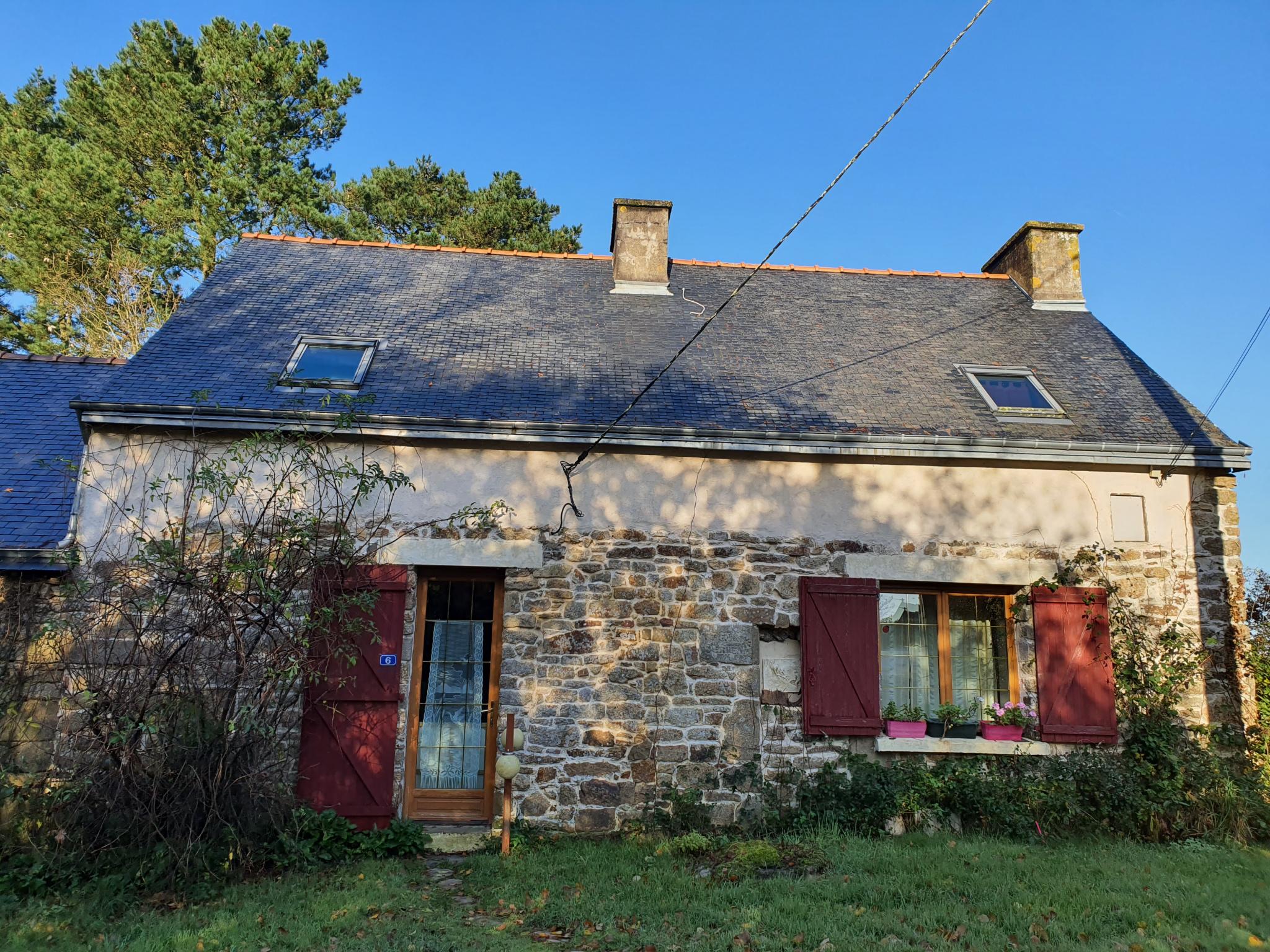 maison en pierres habitable en l'état sans délais et sans frais, se situe en bout d'un hameau