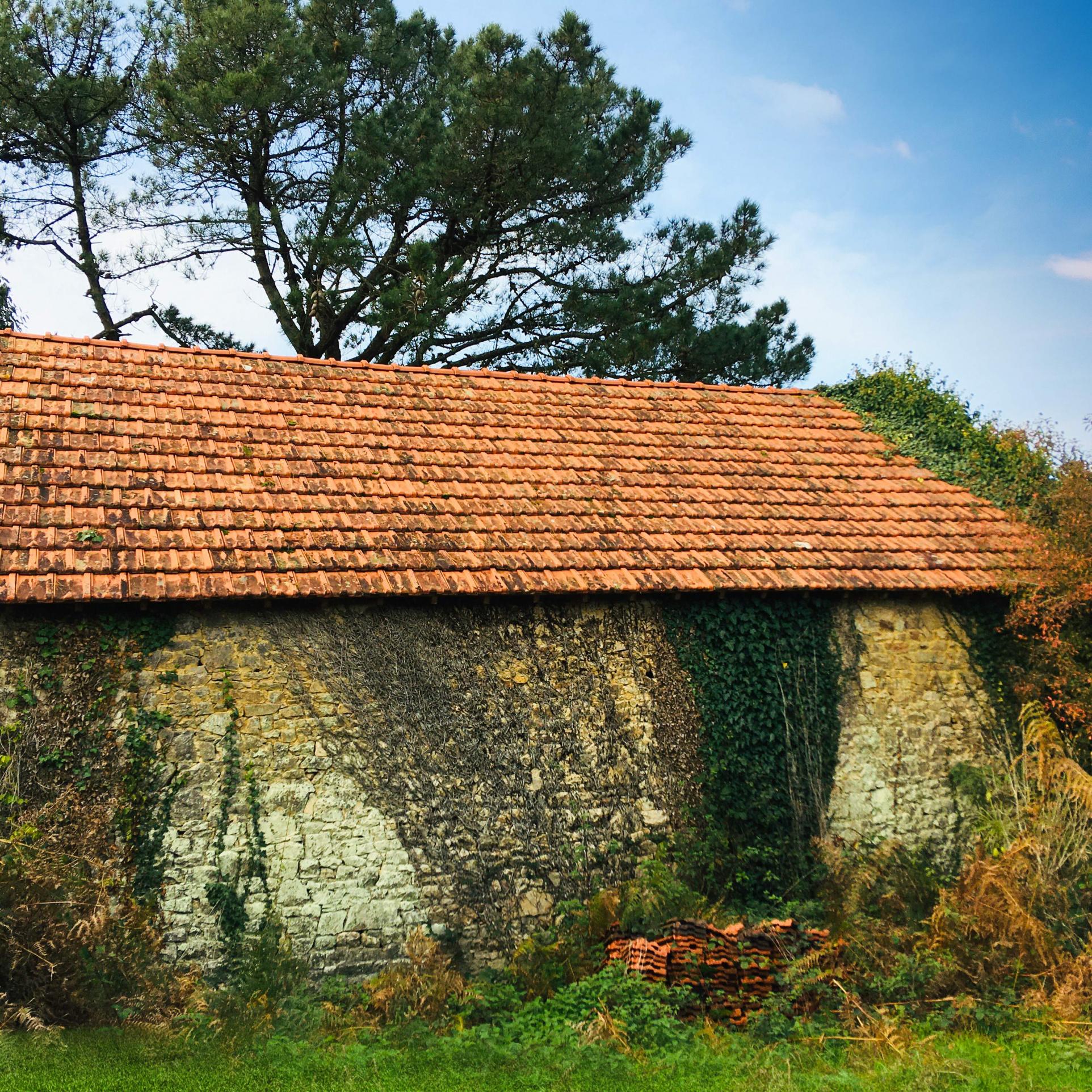 Un bâtiment indépendant (non attenant à la maison) en pierres en bon état avec une toiture bon état.